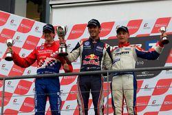 Podium (depuis la gauche): James Calado, Jean-Eric Vergne et Rupert Svendsen-Cook