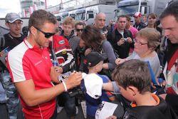 Timo Scheider, Audi Sport Team Abt signeert handtekeningen