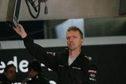 Механик Mercedes в гараже