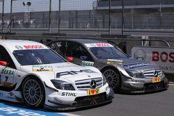De wagens van Paul di Resta, Team HWA AMG Mercedes C-Klasse en Bruno Spengler, Team HWA AMG Mercedes
