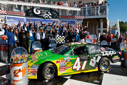 Victory lane: race winnaar Marcos Ambrose