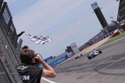 Edoardo Mortara, Signature, Dallara F308 Volkswagen passeert de finishvlag