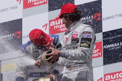 Podium: winnaar Edoardo Mortara, Signature, Dallara F308 Volkswagen, 3de Roberto Merhi, Muecke Motor