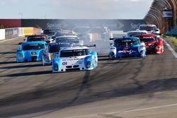 DP start: #01 Chip Ganassi Racing avec Felix Sabates BMW Riley: Scott Pruett, Memo Rojas devant le peloton
