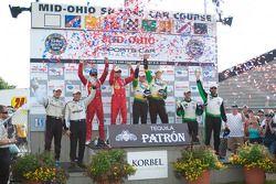 Podium van de klassewinnaars: LMP-klasse en overall winnaars Chris Dyson en Guy Smith, GT-klassewinn