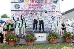 LMPC podium: klassewinnaars Scott Tucker en Christophe Bouchut, tweede plaats Ricardo Gonzalez en Lu