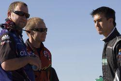 Billy Johnson discute avec Greg Erwin et Mike Kelley