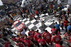 Race winner Juan Pablo Montoya, Earnhardt Ganassi Racing Chevrolet enters victory lane