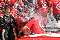Victory lane: race winnaar Juan Pablo Montoya, Earnhardt Ganassi Racing Chevrolet