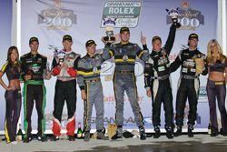 GT podium: vainqueurs de la catégorie James Gue et Leh Keen, second pace Jonathan Bomarito et Sylvai