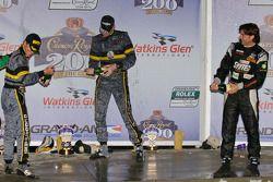 GT podium: vainqueurs de la catégorie James Gue et Leh Keen font pêter le champagne