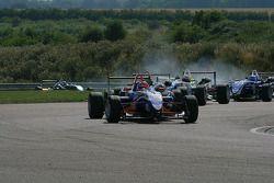 Gabriel Dias rijdt voor een groepje auto's