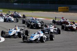 Edoardo Mortara, Signature Dallara F308 Volkswagen rijdt vooran