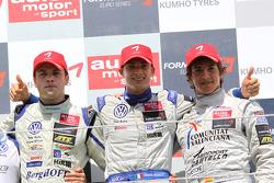 Podium: winnaar Edoardo Mortara, Signature, Dallara F308 Volkswagen, 3de Roberto Merhi, Mücke Motors