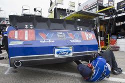 Un membre d'équipe pour la #60 Valvoline Ford team procède à des ajustements