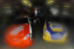 Auto's van Joey Logano, Joe Gibbs Racing Toyota en Martin Truex Jr., Michael Waltrip Racing Toyota