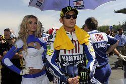 Valentino Rossi, Fiat Yamaha Team met gridgirl