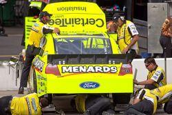Miembros del equipo Richard Petty Motorsports Ford trabajando