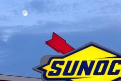 La lune s'élève au-dessus du Sunoco