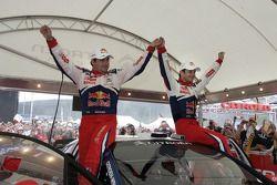Winnaars Sébastien Loeb en Daniel Elena vieren