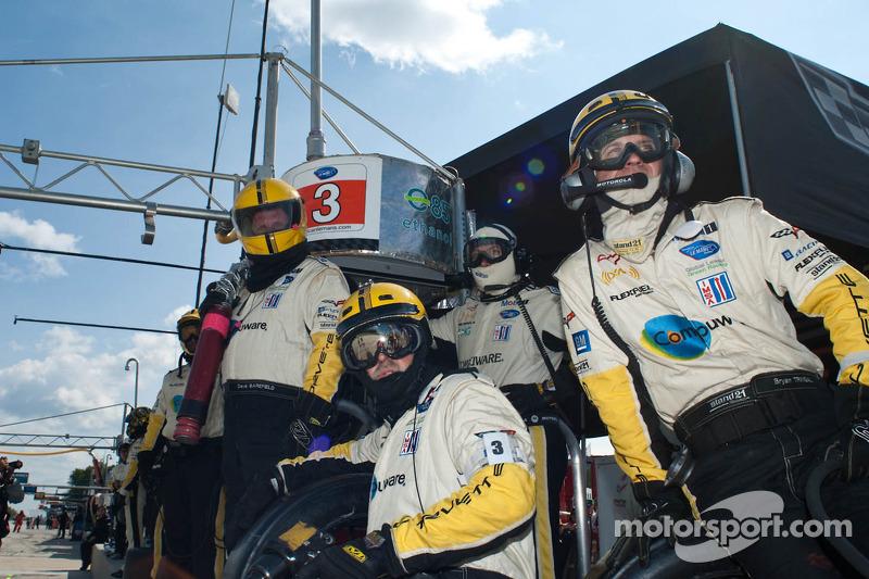 Les membres de l'équipe Corvette Racing sont prêts pour un pit stop