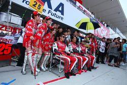 #25 Zent Porsche RSR: Takeshi Tsuchiya, Akihiro Tsuzuki,Yoshio Tsuzuki