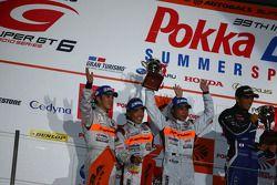 GT300 podium tweede plaats: #43 Arta Garaiya: Morio Nitta, Shinichi Takagi, Kyosuke Mineo