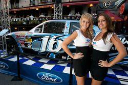 Leuke meisjes met de Roush Racing Ford