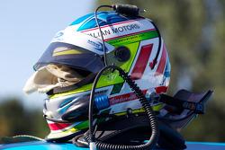 Helm van Michael Valiante