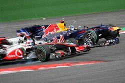 Trouble Sebastian Vettel, Red Bull Racing ve Jenson Button, McLaren Mercedes