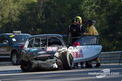 Luke Hines loopt weg na een zware crash in de muur