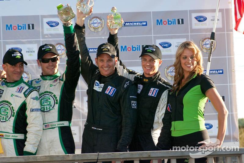 Podium van de klassewinnaars: #88 Velox Motorsport Porsche 911 GT3 Cup: Shane Lewis, Lawson Aschenbach,#99 Green Earth Team Gunnar Oreca FLM09: Gunnar Jeannette