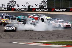 Départ : #23 Sumo Power GT Nissan GT-R: Michael Krumm, Peter Dumbreck en tête à queue