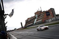 #7 Young Driver AMR Aston Martin DB9: Darren Turner, Tomas Enge passeert de finishvlag