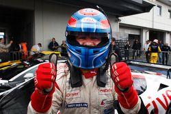 Race winnaar Tomas Enge viert