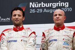 Podium: race winnaars Darren Turner en Tomas Enge