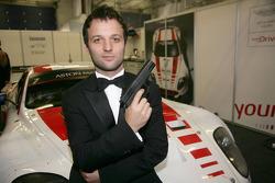 Darren Turner en mode James Bond