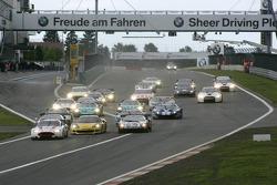 Start: #7 Young Driver AMR Aston Martin DB9: Darren Turner, Tomas Enge devant le peloton
