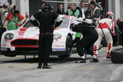 Arrêt aux stands pour la #7 Young Driver AMR Aston Martin DB9: Darren Turner, Tomas Enge