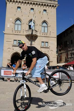 Colin Edwards, Monster Yamaha Tech 3 fait du vélo en touriste