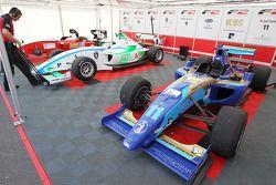Les voitures F2 de Jack Clarke, Mihai Marinescu et Julian Theobald