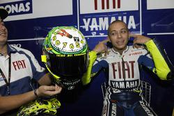 Valentino Rossi, Fiat Yamaha Team özel tasarım kaskını gösteriyor