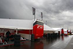 Regen op de F2 paddock