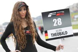 Une grid girl de F2 pour Julian Theobald