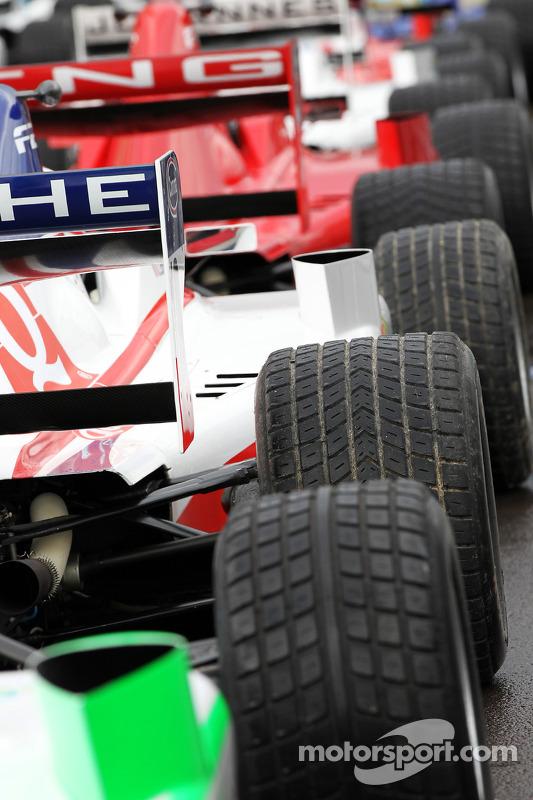 Formule 2 in pitlane