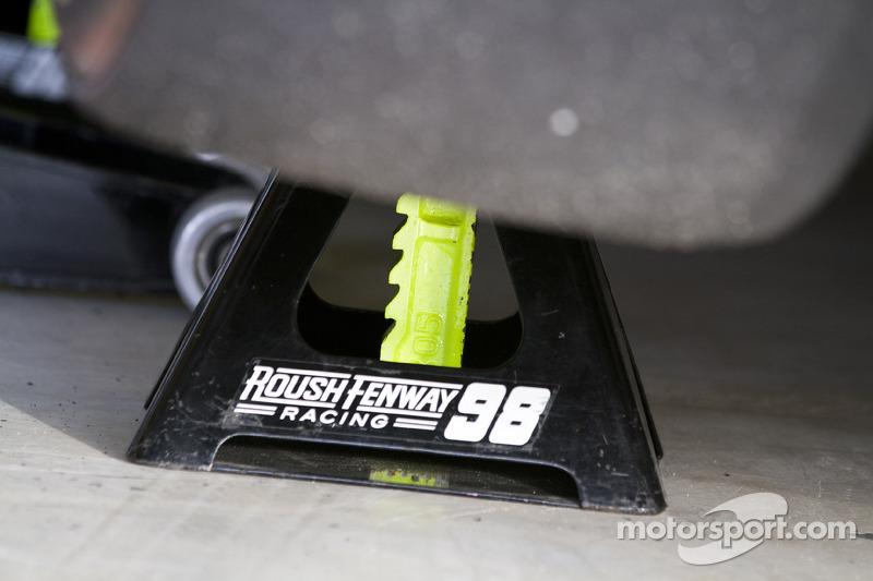 La voiture de Paul Menard au garage