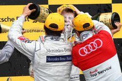 Podium: le vainqueur Paul di Resta, Team HWA AMG Mercedes reçoit une douche de champagne