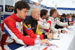 Jolyon Palmer et d'autres pilotes F2 signent des autographes