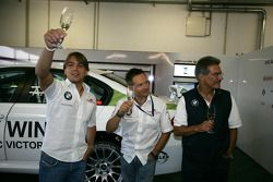 Augusto Farfus BMW Team RBM BMW 320si, Andy Priaulx BMW Team RBM BMW 320si celebrate the birthdays o