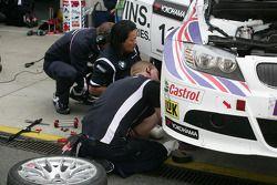 Mechanics working on the Car of Augusto Farfus BMW Team RBM BMW 320si